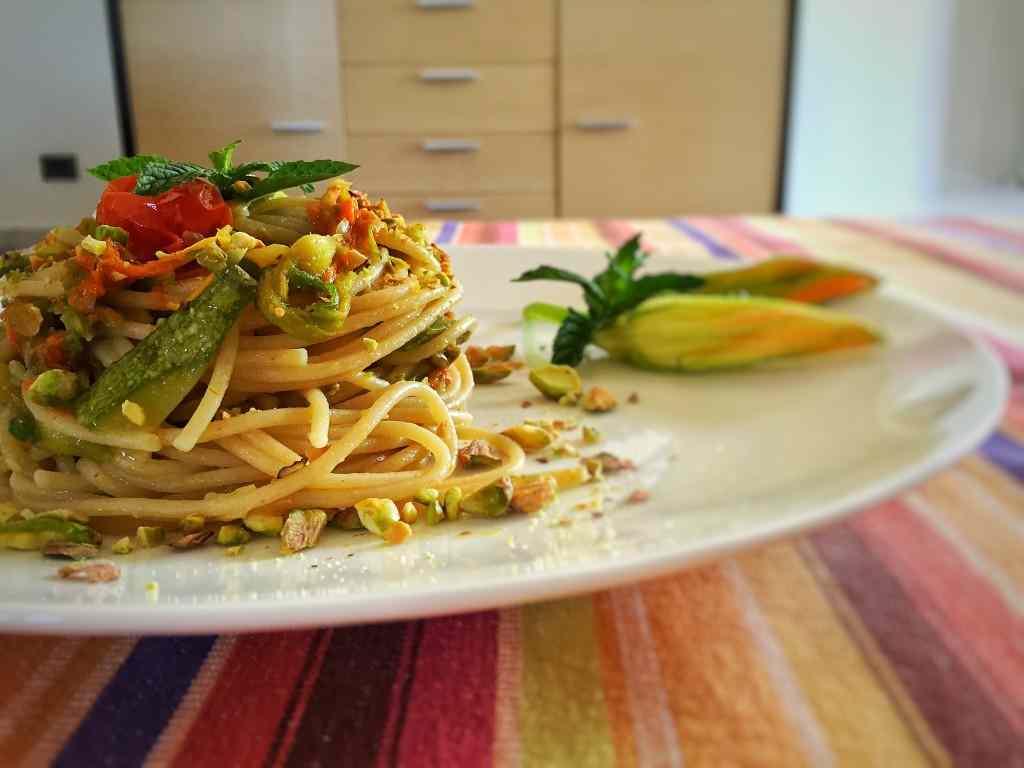 Ricetta: Spaghetti integrali con fiori di zucca e granella di pistacchio