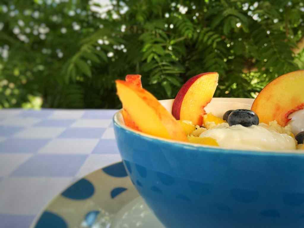Cuscus con yogurt e frutta fresca