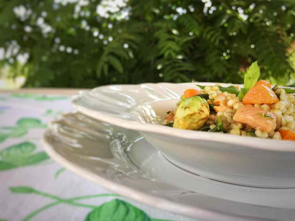 Ricetta: Orzo con verdure, salmone e avocado