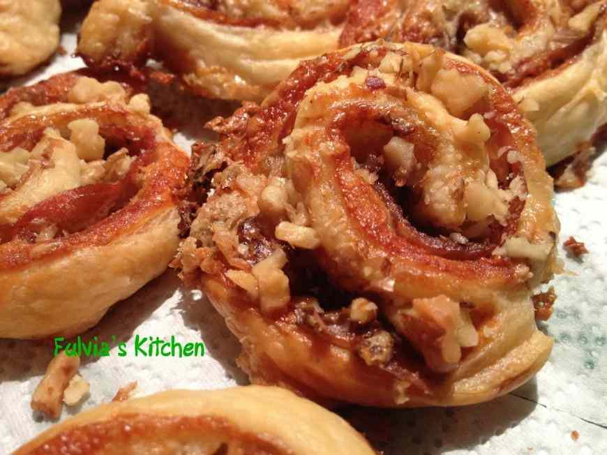 Ricetta: Girelle di pasta sfoglia con prosciutto crudo di Parma, gorgonzola e noci