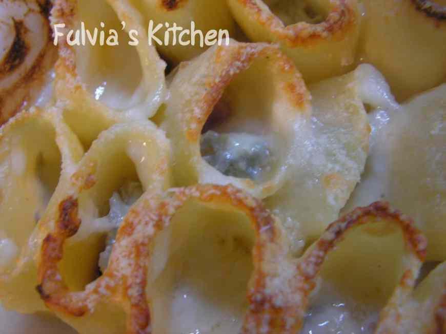 Ricetta: Paccheri gratinati con speck, gorgonzola e pinoli
