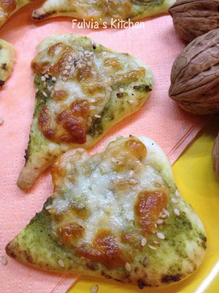 Ricetta: Cuori di pizza con pesto alle zucchine e noci e scamorza affumicata