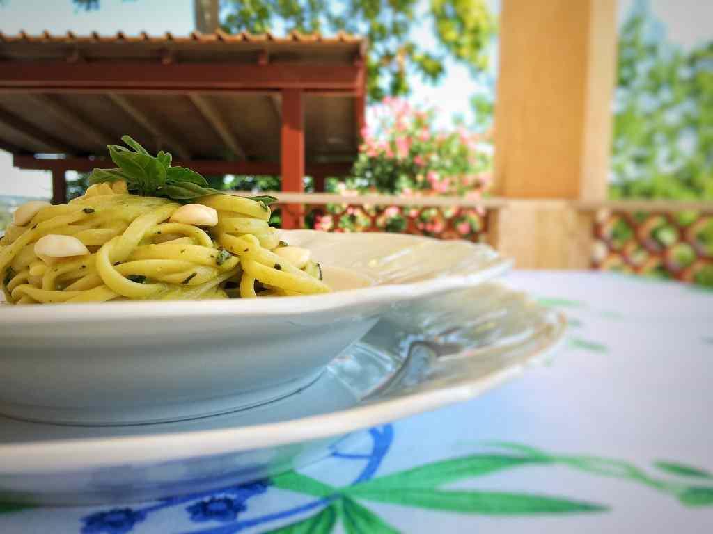 Ricetta: Linguine al basilico e mandorle