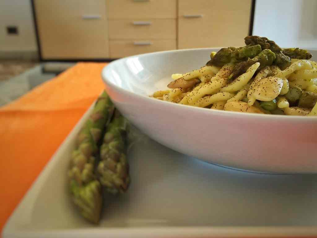 Ricetta: Trofie con asparagi, mandorle e polvere di caffe
