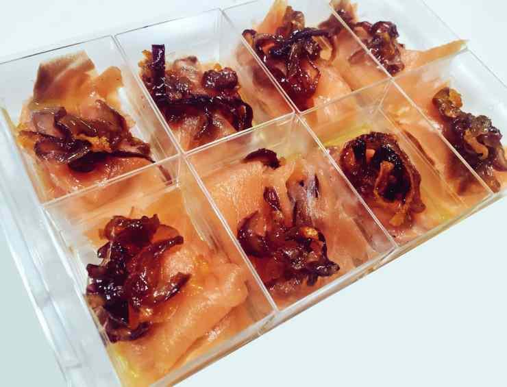 Ricetta: Finger food di salmone marinato al mandarino con cipolle caramellate