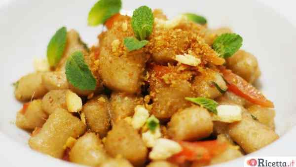 Gnocchetti semintegrali con acciughe del cantabrico e polvere di taralli