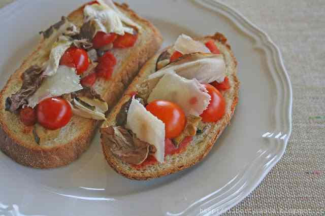 Ricetta: Bruschettine light con radicchio e pomodorini