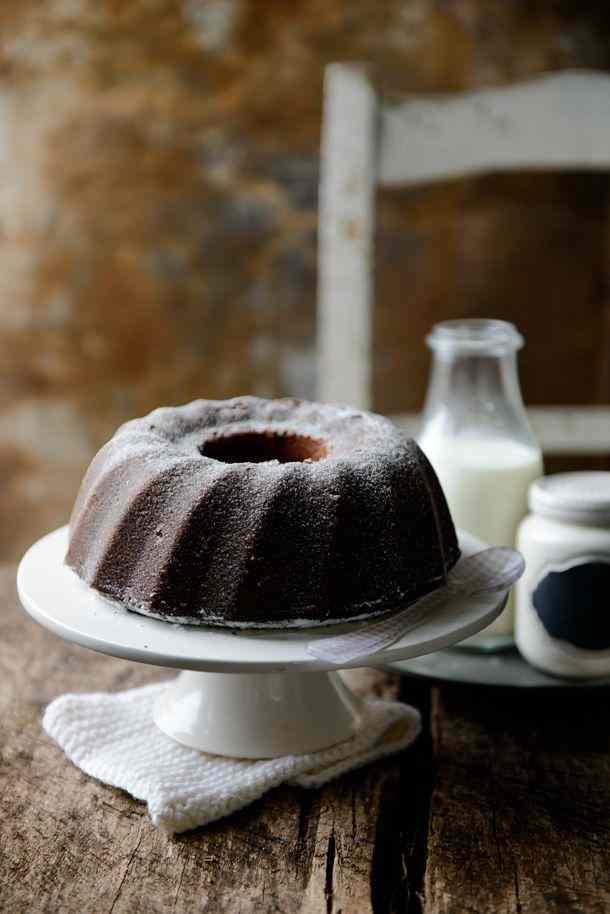 Ricetta: Ciambella al latte farcita con gocce di cioccolato / round milk cake stuffed with chocolate drops
