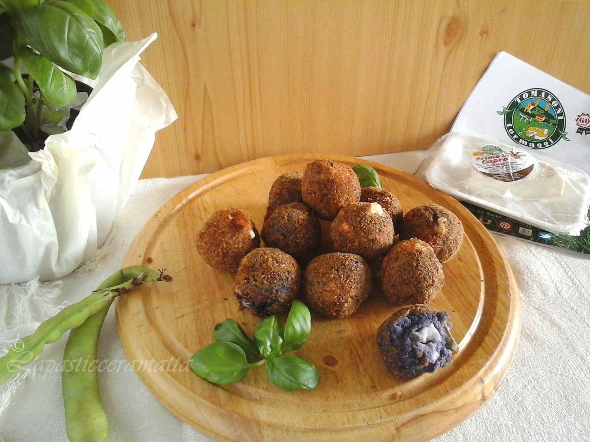 Polpette di patate viola fave e formaggio fresco di capra