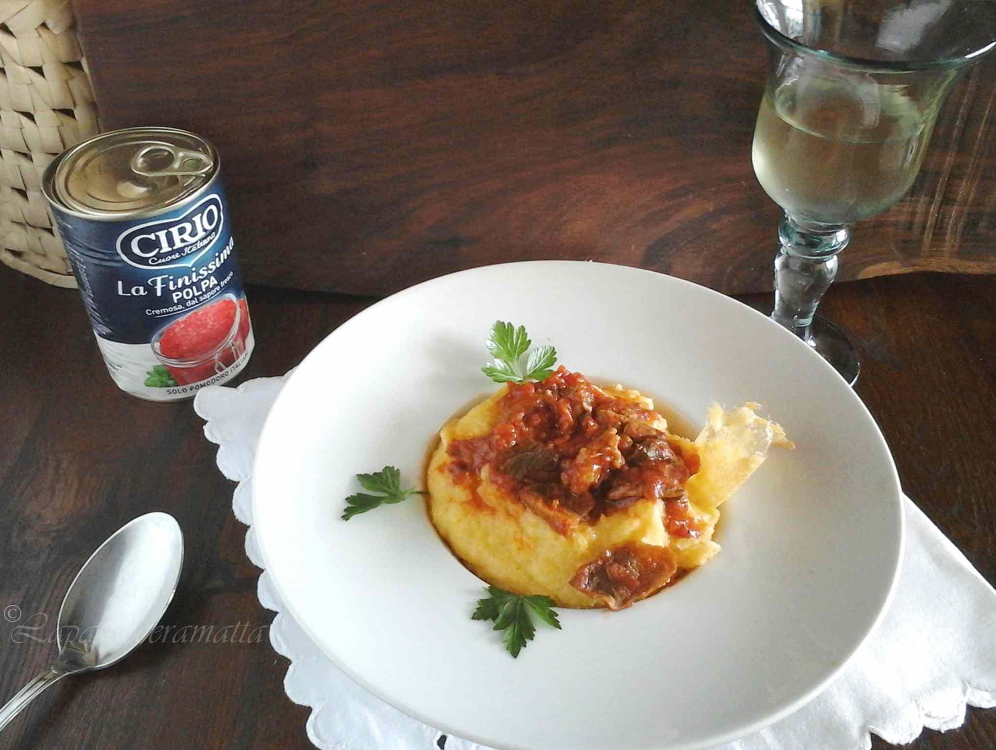 Polenta con salsa di porcini e salsiccia ricetta toscana