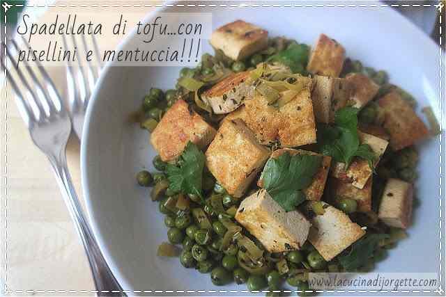 Spadellata di tofu con pisellini e mentuccia