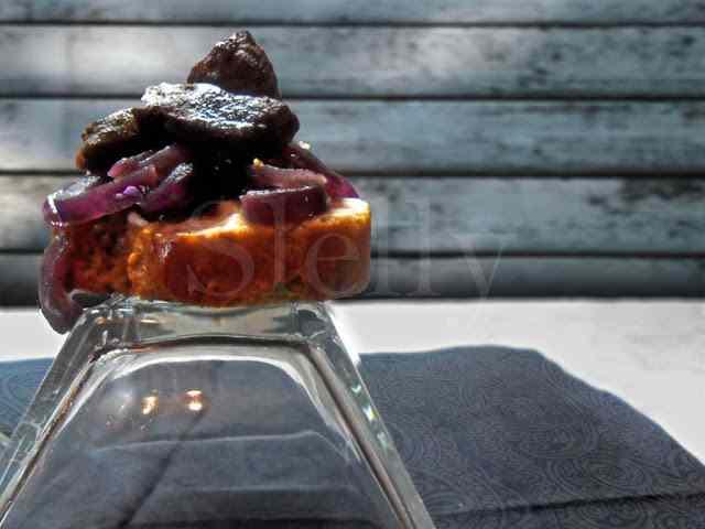 Ricetta: Finger fegato - crostini con fegato al marsala, cipolle stufate e panna acida
