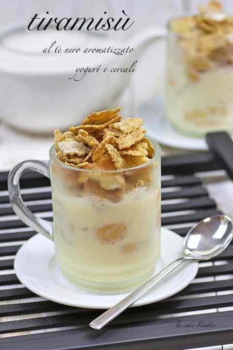 Tiramisu al te nero aromatizzato, yogurt e cereali