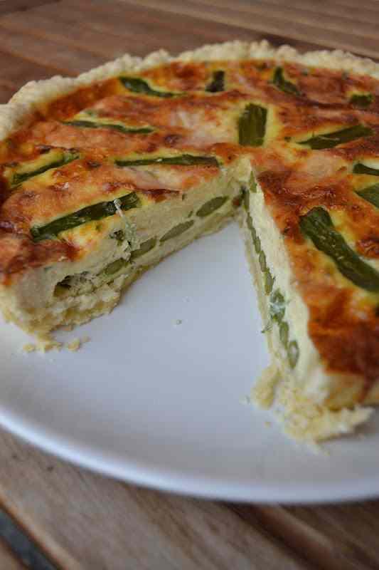 Torta salata con asparagi e scaglie di parmigiano
