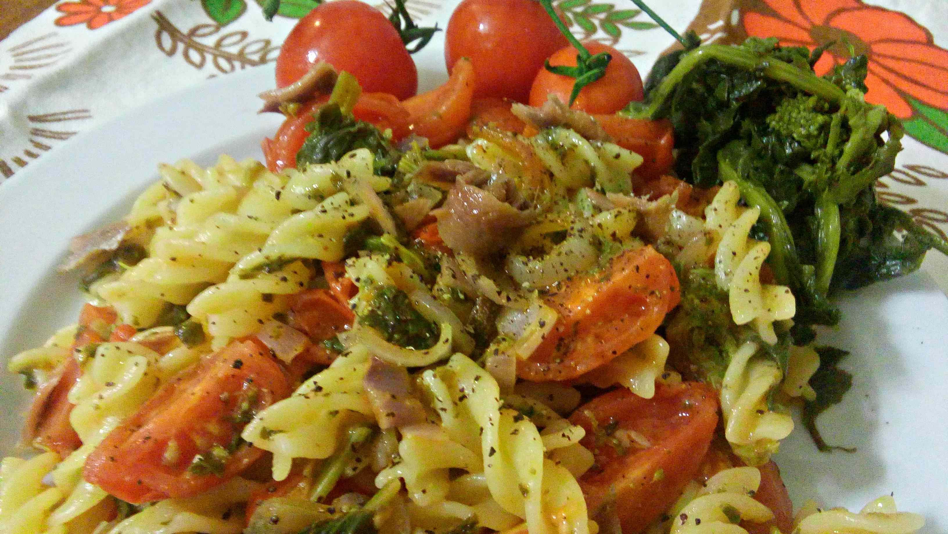 Pasta con cime di rapa, pomodorini ed acciughe