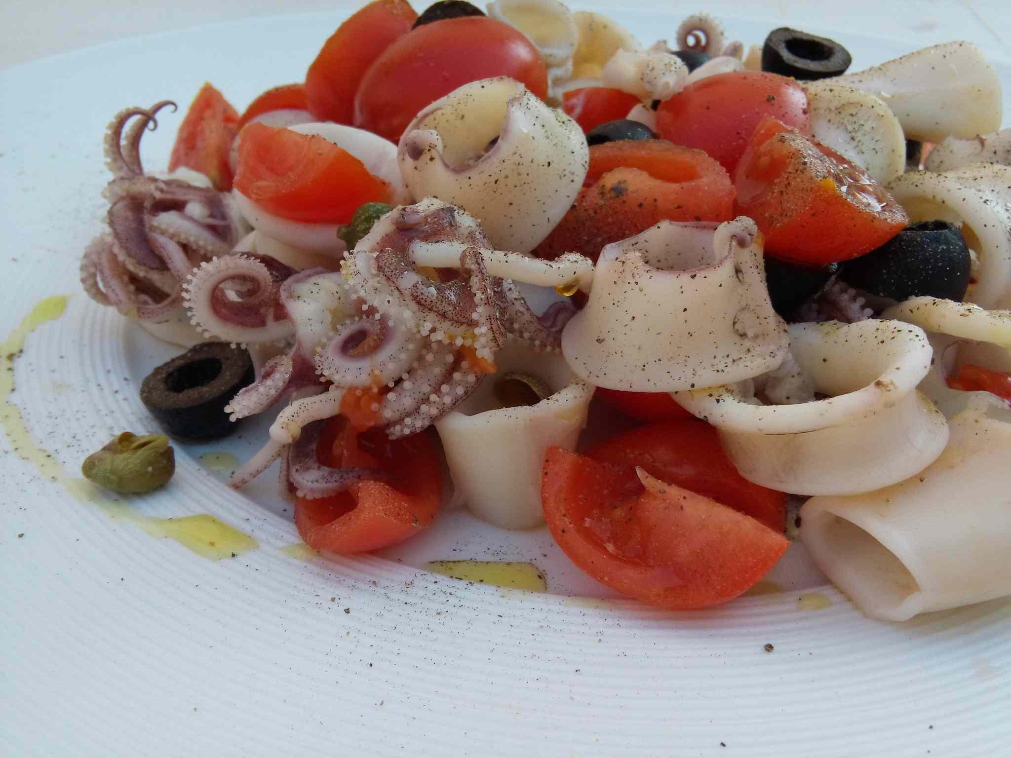 Insalata di calamari, pomodorini, capperi ed olive