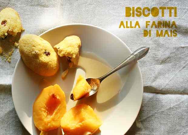 Ricetta: Biscotti alla farina di mais e pesche al vino