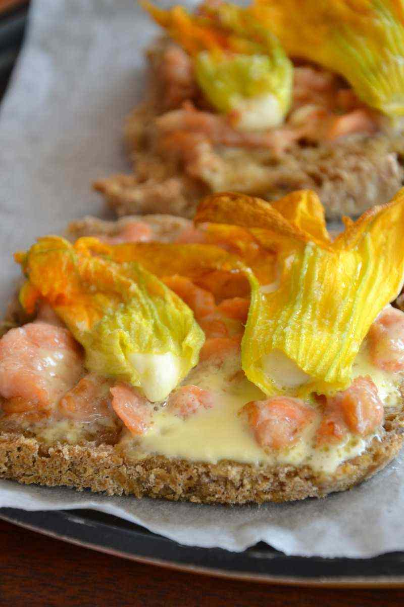Ricetta: Crostoni con fiori di zucca, salmone e scamorza