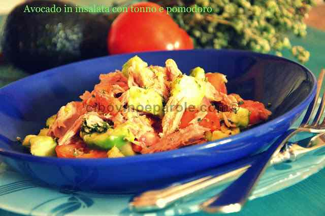 Avocado in insalata con tonno e pomodoro