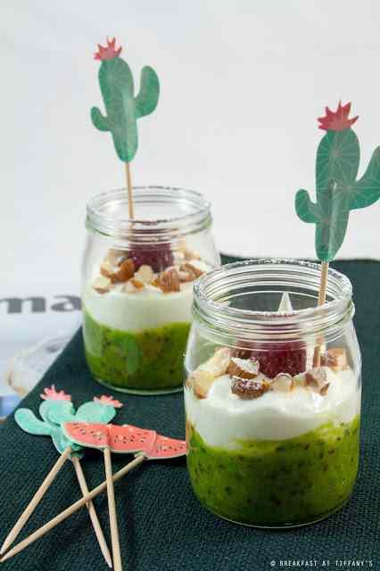 Ricetta: Coppette di yogurt greco, mandorle, lamponi e salsa di nergi