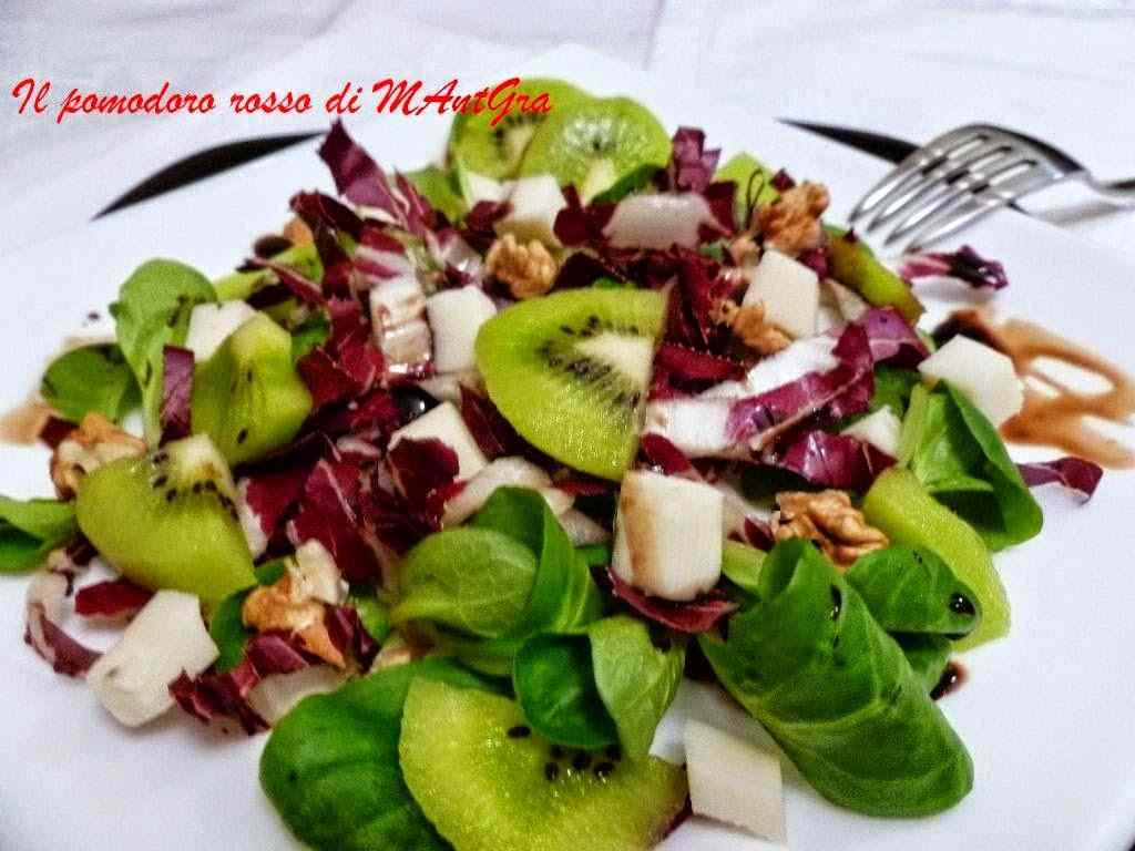 Insalatina con songino, kiwi, noci e provolone auricchio piccante