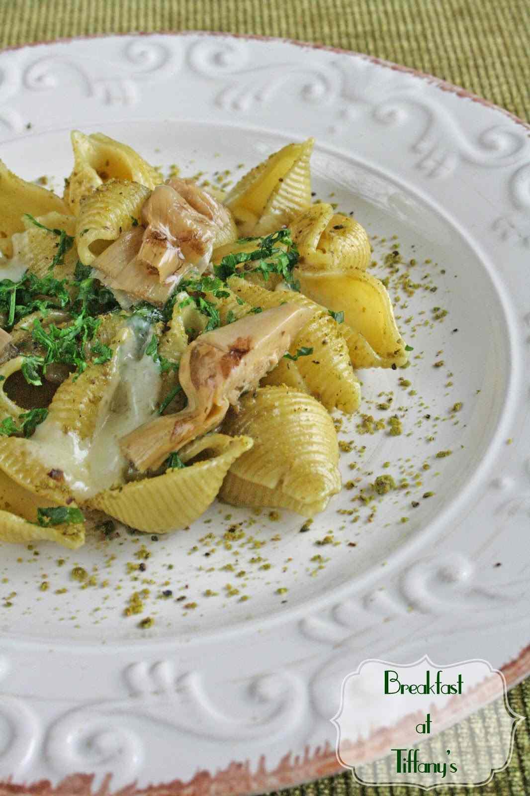 Ricetta: Pasta con salsa ai carciofi profumata al timo, asiago stagionato e pistacchi di bronte