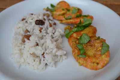 Ricetta: Basilico, curry, gamberoni e riso al cocco