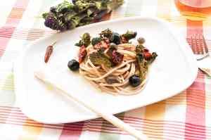 Spaghetti di kamut con germogli di broccolo, pomodorini, olive e capperi