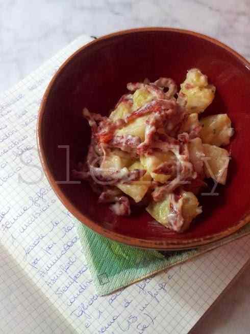 Insalatata - insalata di patate e pomodori secchi con crema di stracchino e timo