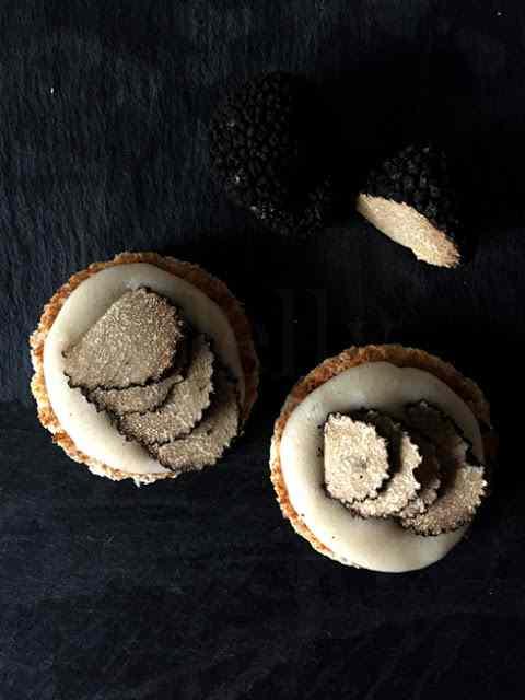 Il bianco e il nero - crostini di pane integrale con crema di taleggio al moscato passito e tartufo nero