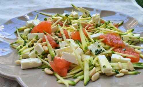 insalata raw di zucchine, feta e pompelmo