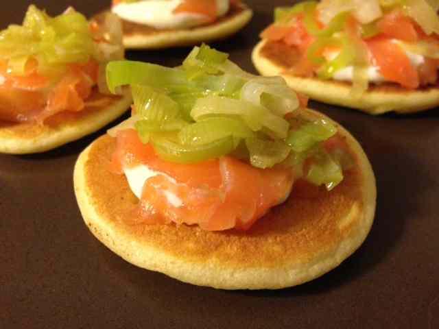 Blinis con salmone affumicato e porri