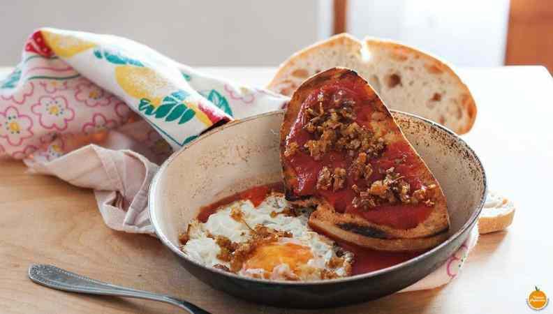 Ricetta: Uovo su crostone di pane al sugo con porri caramellati