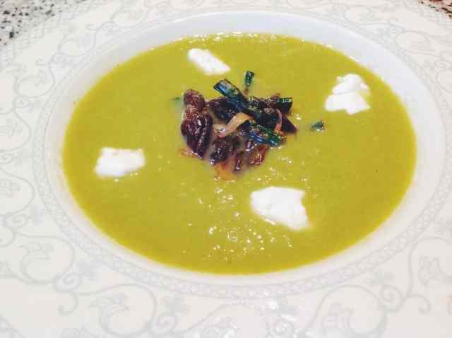 Zuppa di asparagi verdi e robiola di capra?un piatto semplice e leggero per iniziare una cena di primavera