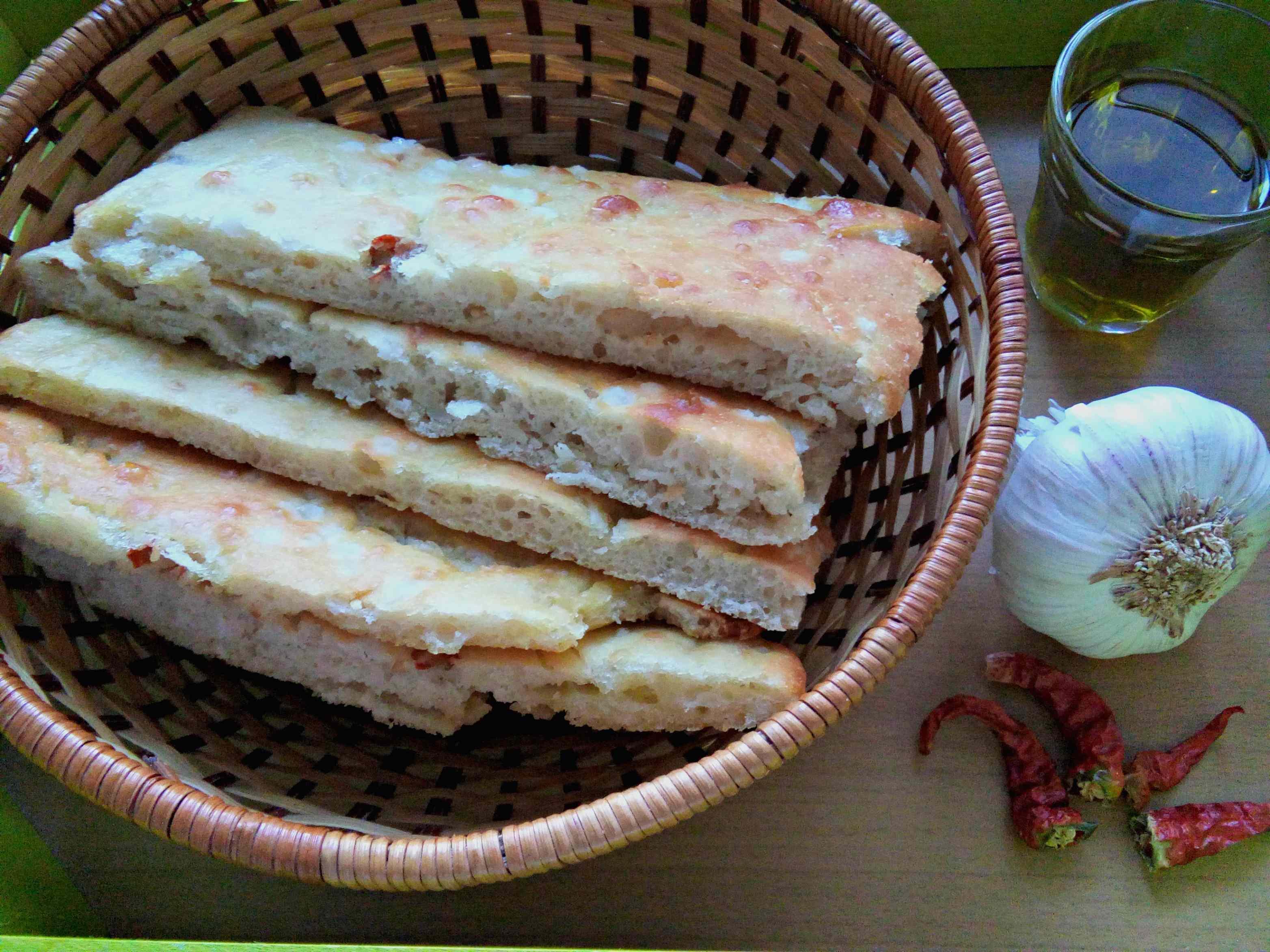 Focaccia con aglio olio e peperoncino