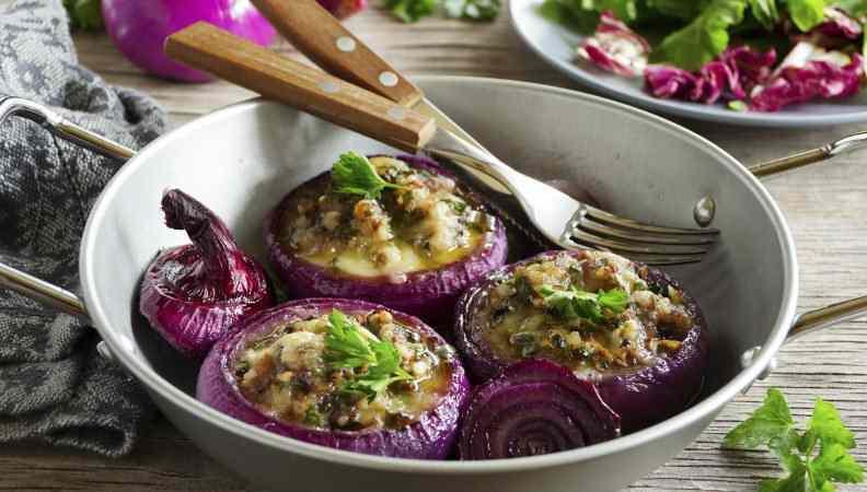 Cipolle ripiene con ricotta e bietole, un contorno delizioso