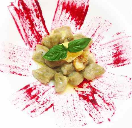 Gnocchi di melanzane alla farina di ceci, burro chiarificato, noci e piccola quenelle di parmigiano