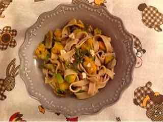 Tagliatelle di castagne con zucca, funghi e nocciole