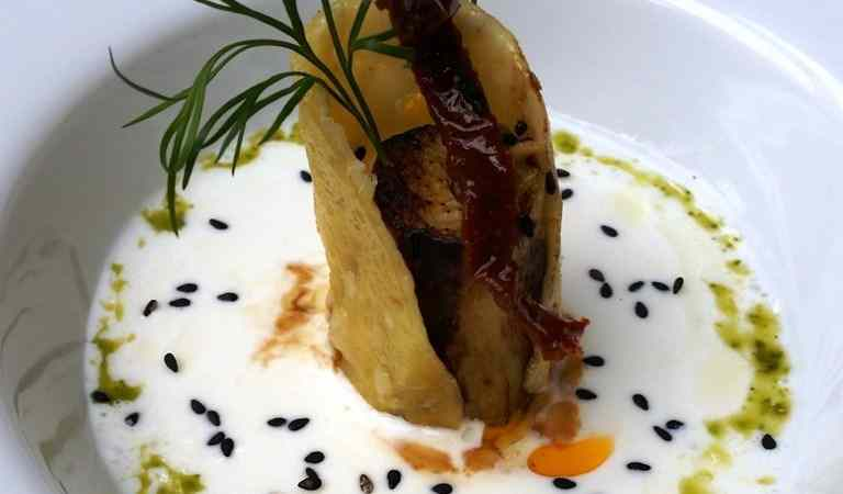 Cannolo di formaggio con melanzana al forno crema di bufala e dressing di rucola