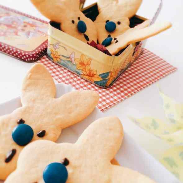 Lù il coniglio dal naso blu in un biscotto di pasta frolla e smarties
