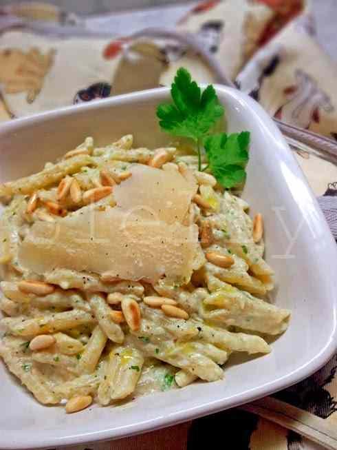 Carciotta - pasta con crema di scarti di carciofo alla ricotta, pinoli tostati e parmigiano reggiano