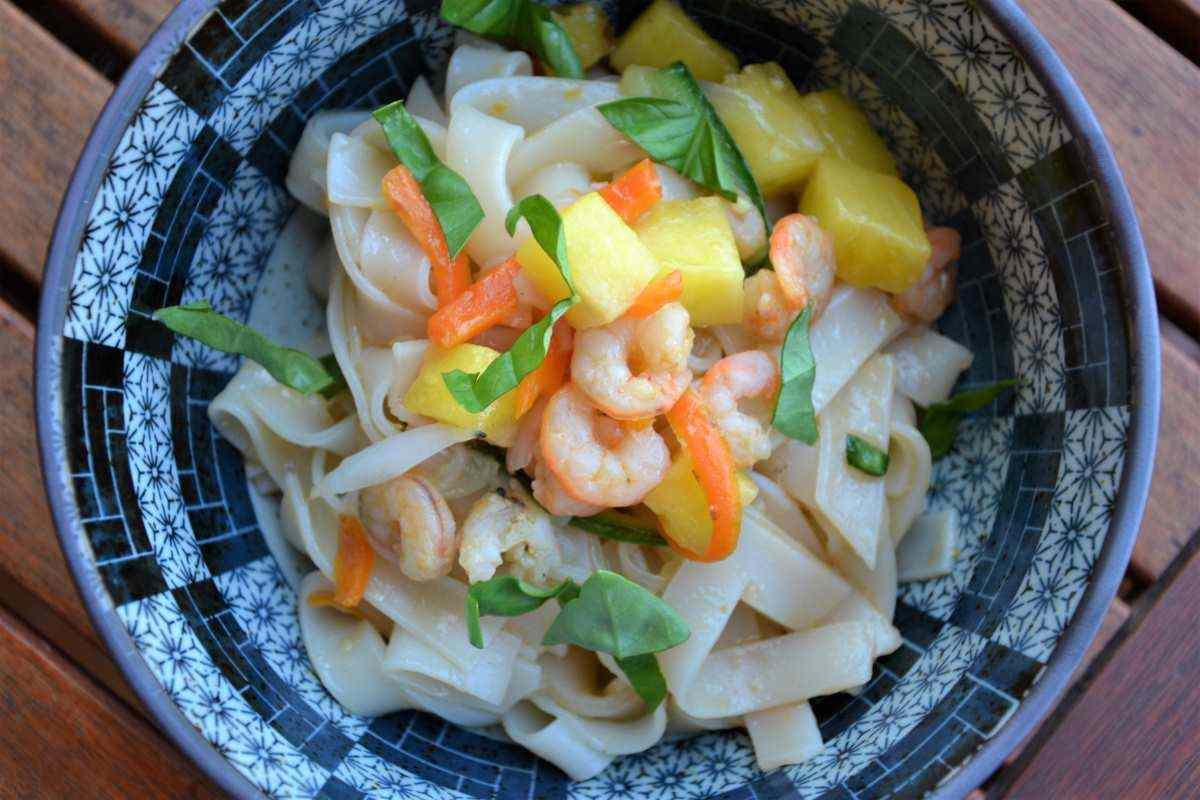 Ricetta: Noodles di riso con ananas, gamberi e basilico