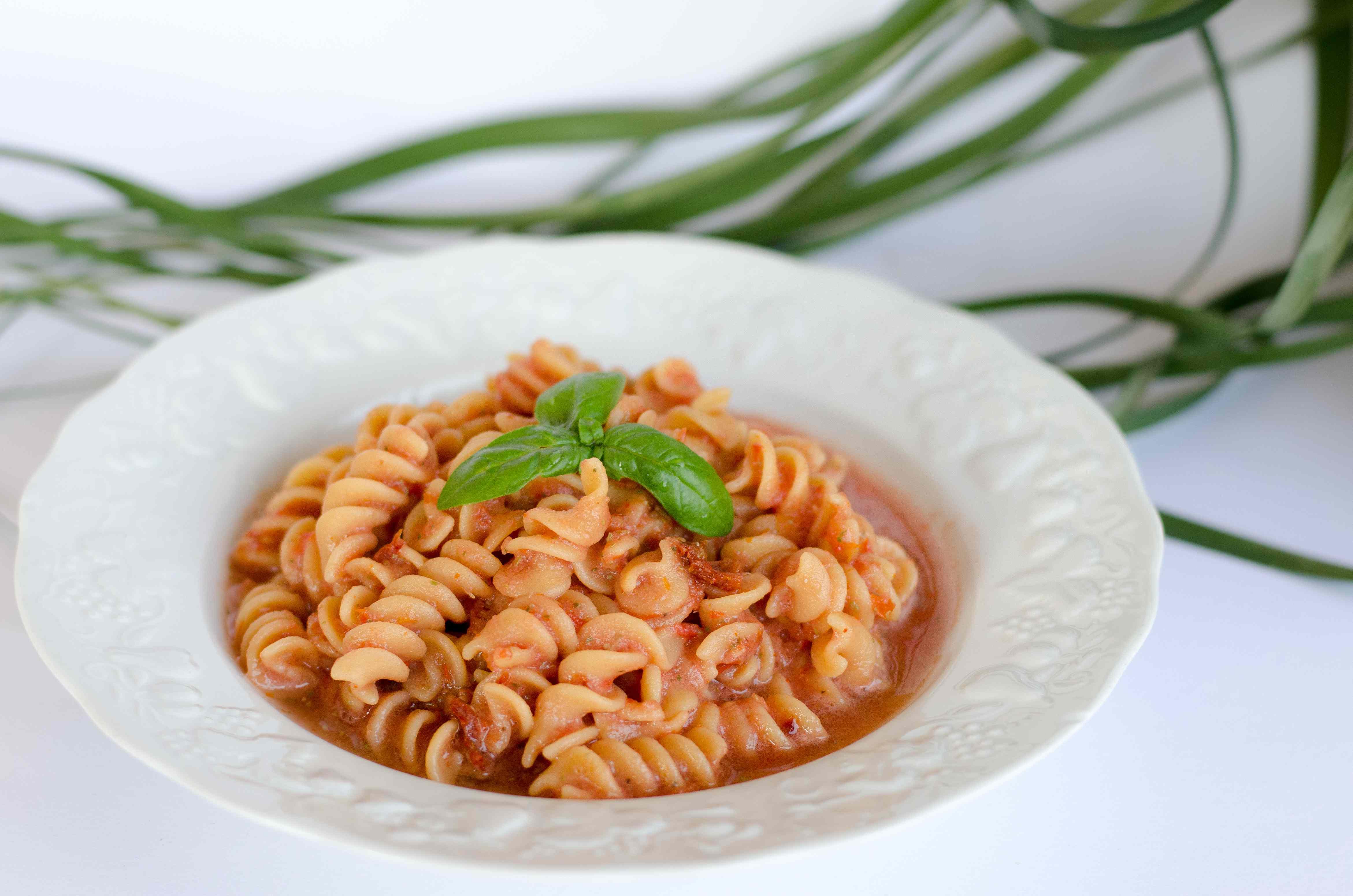 Ricetta: Pasta proteica con sugo crudista al pomodoro