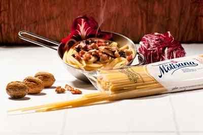 Spaghetto quadrato al radicchio, pancetta, noci e scamorza fumé.