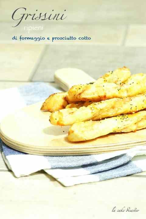 Ricetta: Grissini di pasta sfoglia ripieni di formaggio e prosciutto cotto