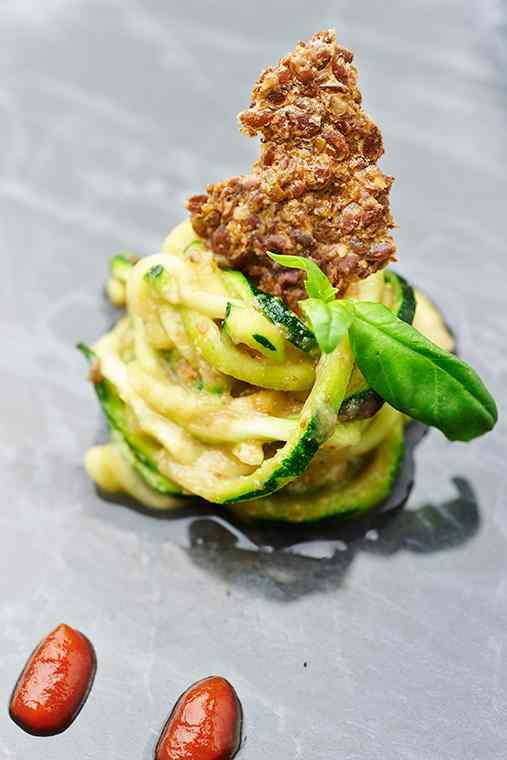 Spaghetti di zucchine in salsa di pera con croccante al lino