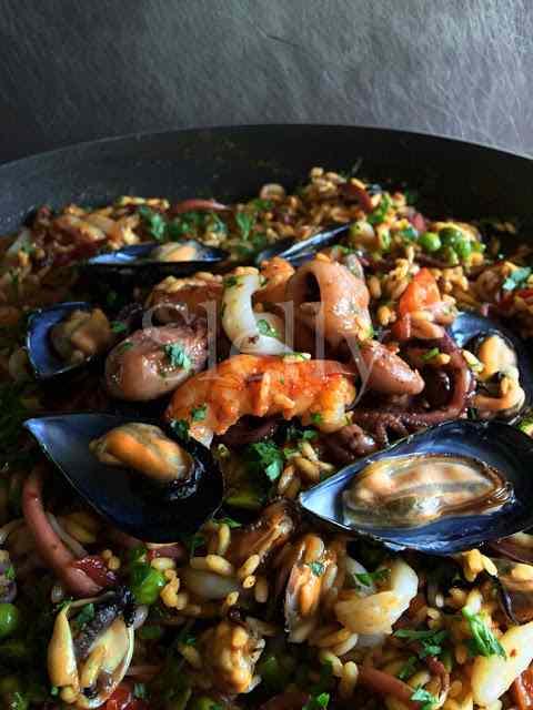 Paoella (la paella di paola) - paella con gamberoni, molluschi e verdure
