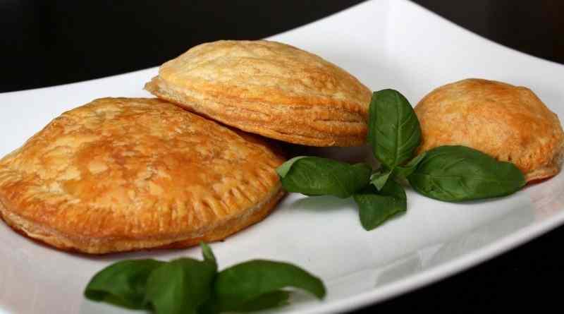 Ravioli di sfoglia salsiccia e mozzarella