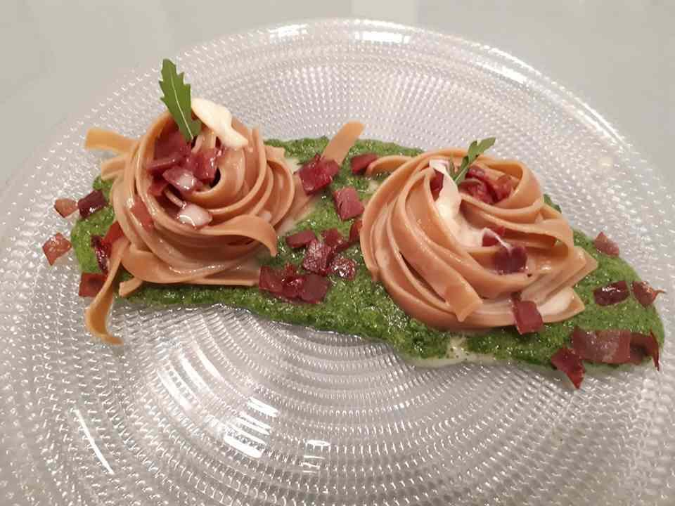 Tagliatelle con pesto di rucola, bresaola e fondutina di asiago fresco