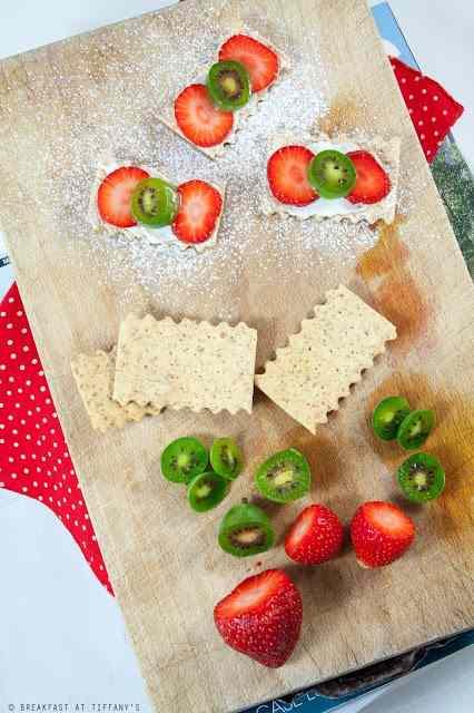 Cracker integrali di pane azzimo con ricotta, fragole e nergi
